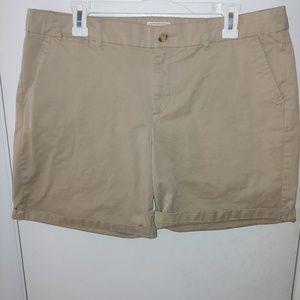 Khaki boyfriend gap shorts.